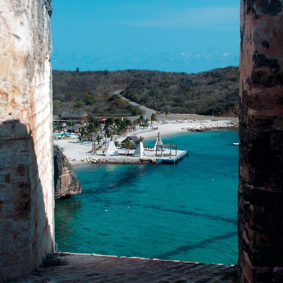 TravelXL-van-Limburg-Curacao-doorkijkje-strand