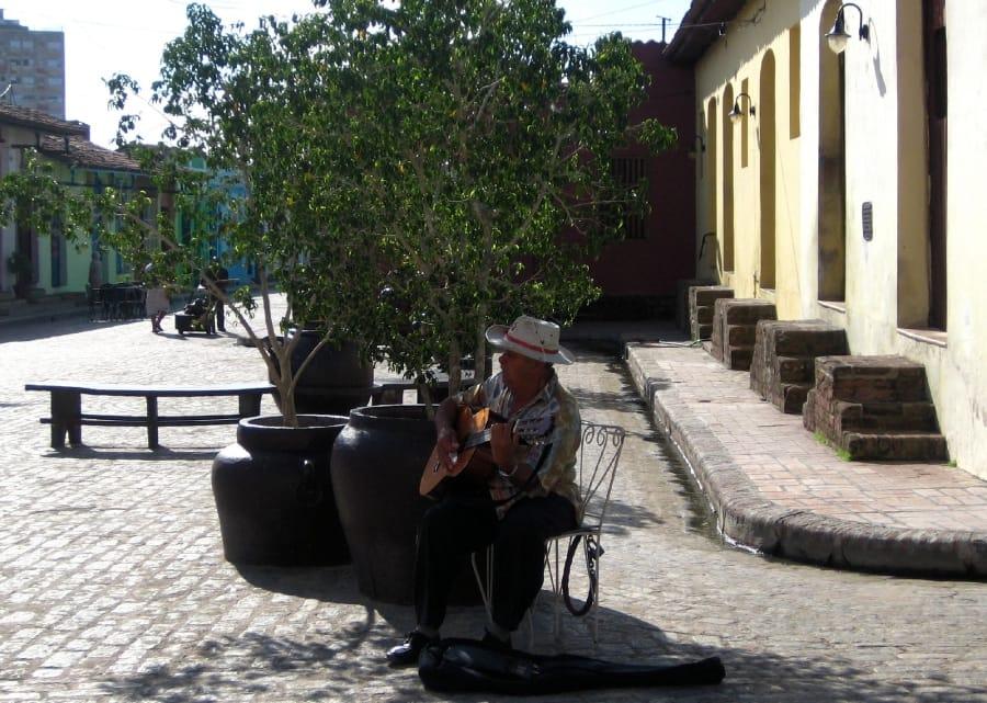 TravelXL-van-Limburg-CUBA-Camaguey-muzikant