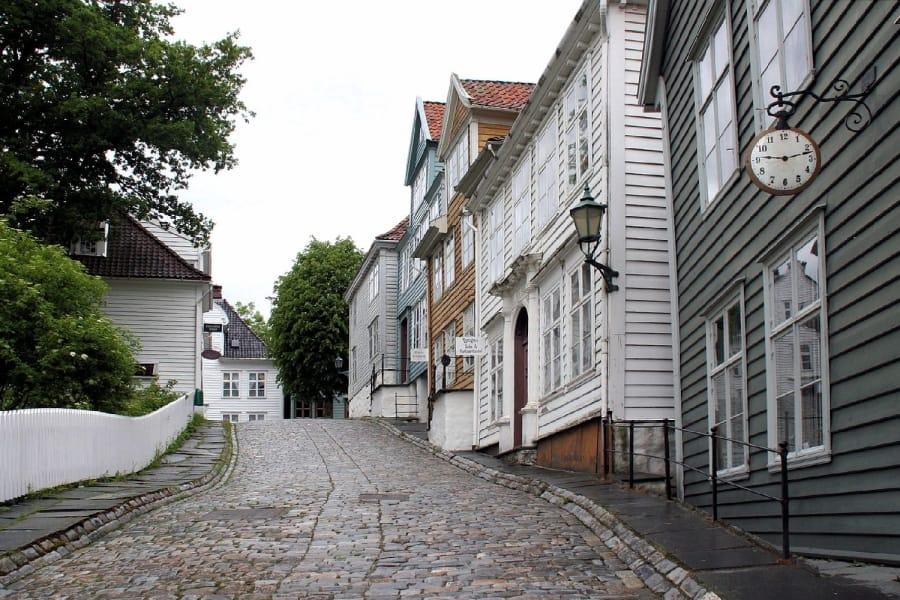 TravelXL-van-Limburg-HURTIGRUTEN-Bergen-steil-straatje