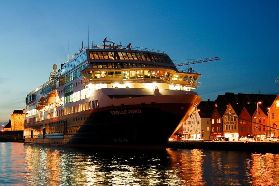 TravelXL-van-Limburg-HURTIGRUTEN-Bergen- avond
