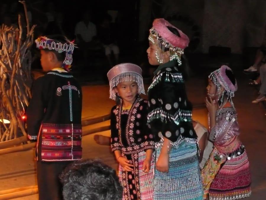 TravelXL-van-Limburg-THAILAND-Khantoke-dinnershow-buiten-meisjes
