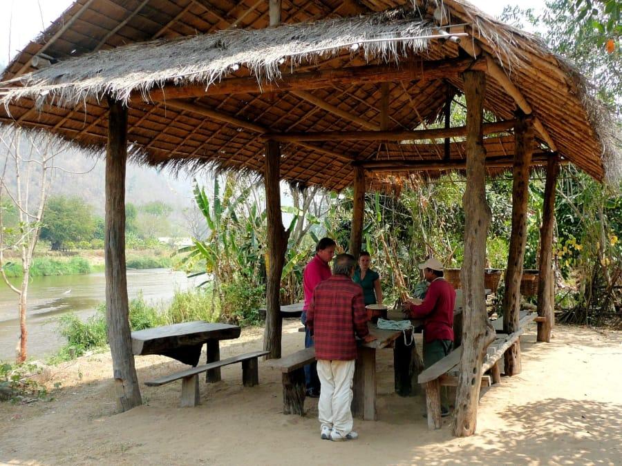 TravelXL-van-Limburg-THAILAND-picknick-aan-rivier