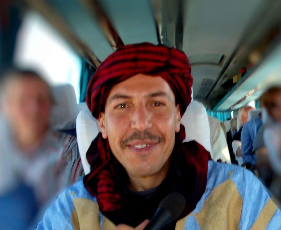 TravelXL-van-Limburg-MAROKKO-gids-Khalid-in-bus