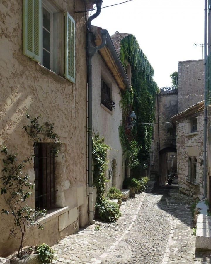 TravelXL-van-Limburg-Provence-StPauldeVence-smal-straatje
