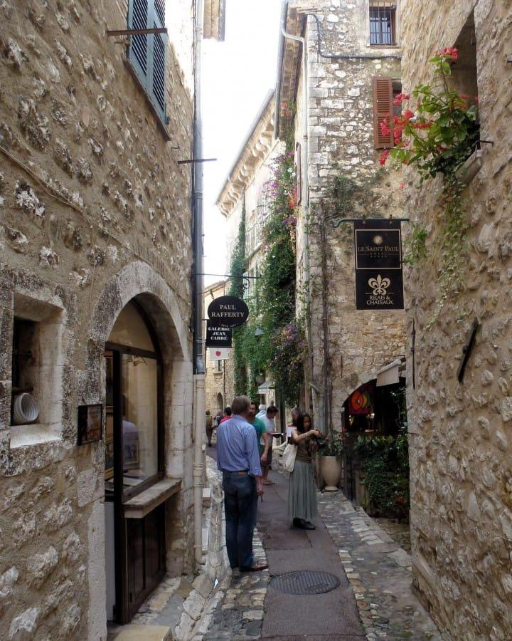 TravelXL-van-Limburg-Provence-StPauldeVence-straatje-kunst