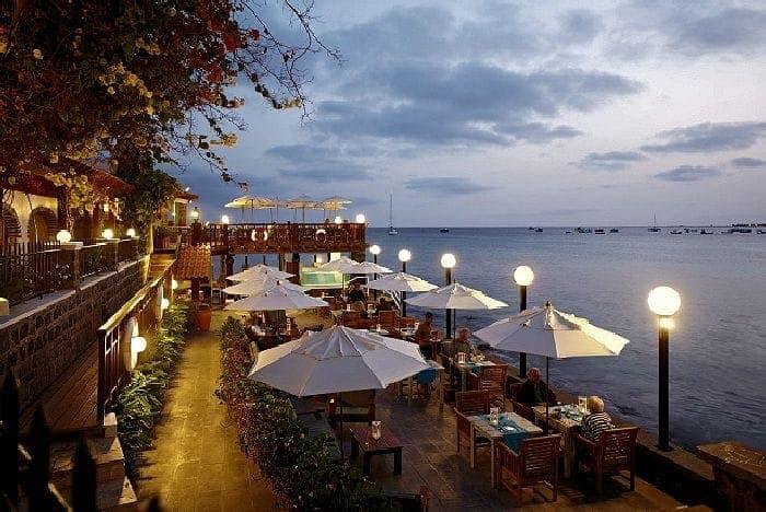 TravelXL-van-Limburg-KAAPVERDIE-restaurant-strand-avond