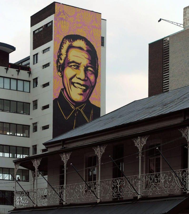 TravelXL-van-Limburg-LIMPOPO-Nelson-Mandela-op-gebouw