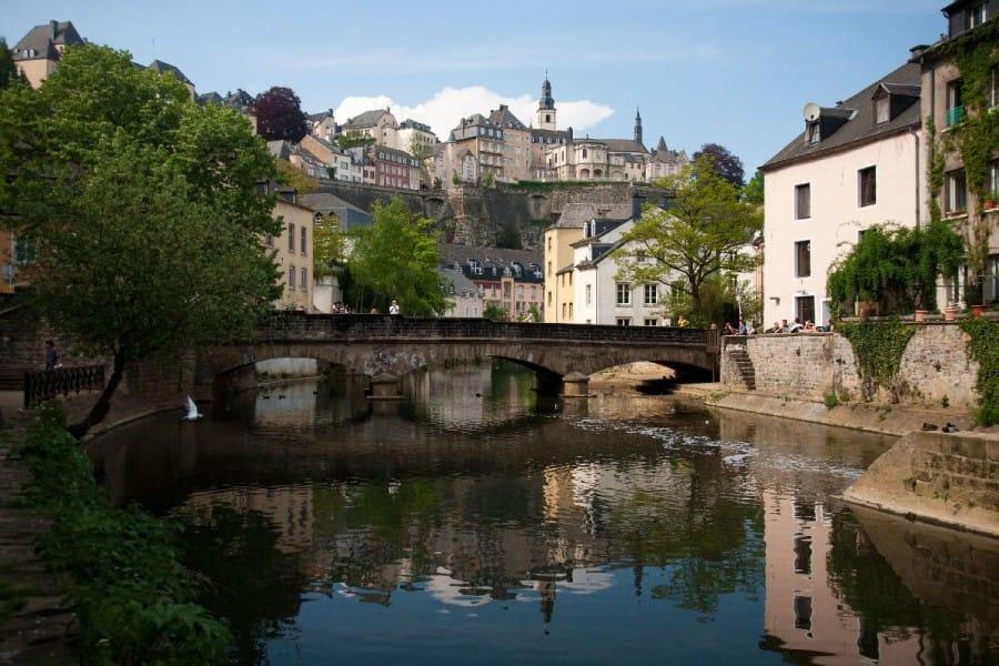TravelXL-van-Limburg-LUXEMBURG-benedenstad-oevers-met-terrasjes